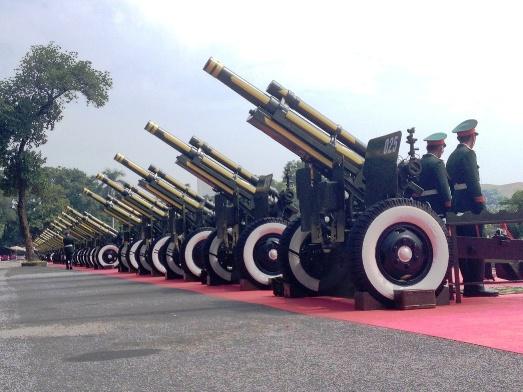 Những khẩu pháo này thuộc loại M2A1 105 mm, một trong bốn loại hỏa pháo cơ bản của pháo binh dùng trong Quân đội nhân dân Việt Nam