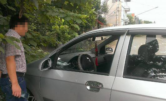Chiếc xe ô tô bị đập vỡ kính