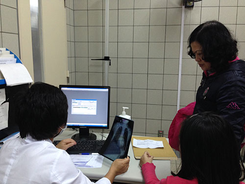 Nhiễm khuẩn bệnh viện có thể làm kéo dài thời gian điều trị của người bệnh.  Trong ảnh: Tư vấn điều trị cho bệnh nhân tại một bệnh viện ở Hà Nội