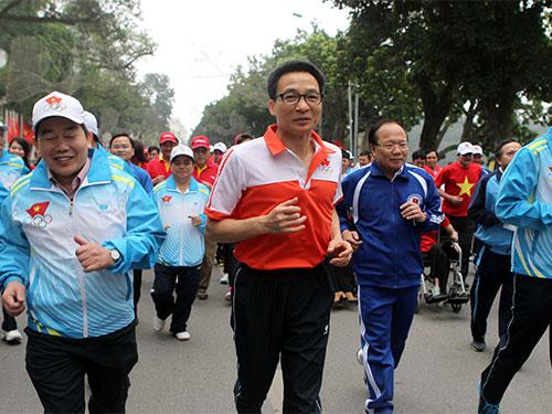 Phó Thủ tướng Vũ Đức Đam tham gia chạy bộ cùng người dân Ảnh: TTXVN