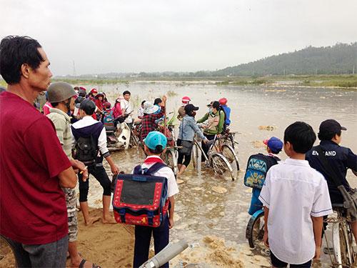 Đường đến trường của học sinh xã Tịnh An, TP Quảng Ngãi bị lũ chia cắt Ảnh: TỬ TRỰC