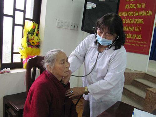 Khám chữa bệnh cho người dân ở Điện Dương Ảnh: HOÀNG DŨNG