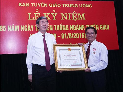 Trưởng Ban Tuyên giáo trung ương Đinh Thế Huynh (bên trái) trao Huân chương Độc lập hạng nhì cho ông Nguyễn Hữu Thức, Vụ trưởng Vụ Văn hóa - Văn nghệ Ban Tuyên giáo trung ương Ảnh: TTXVN
