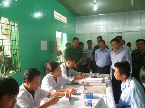 Phó Thủ tướng Vũ Đức Đam (người đeo kiếng bên phải) và đoàn công tác xem quy trình tiếp nhận người nghiện tại cơ sở xã hội Nhị Xuân