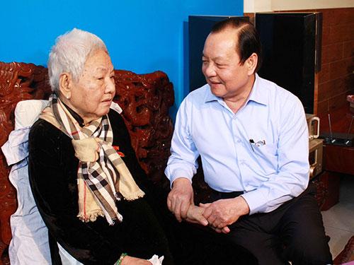 Bí thư Thành ủy TP HCM Lê Thanh Hải thăm hỏi đảng viên cao tuổi Đảng Lê Thị Bạch Ảnh: HOÀNG TRIỀU