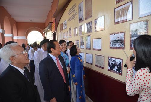 Đoàn lãnh đạo TP HCM xem trưng bày chuyên đề về Chủ tịch Hồ Chí Minh  Ảnh: Phan Anh