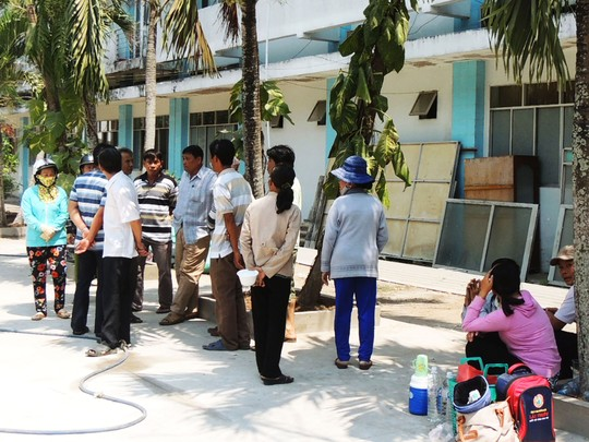 Gia đình sản phụ Nguyễn Thị Tường Vi chờ cơ quan chức năng giải phẫu tử thi tại bệnh viện chiều 12-3
