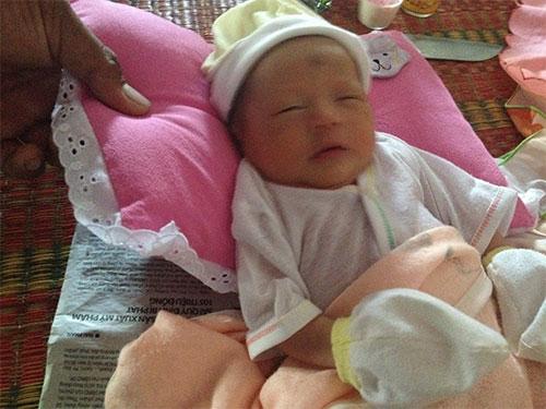 Một trong 2 trẻ sơ sinh được chăm sóc tại trạm y tế
