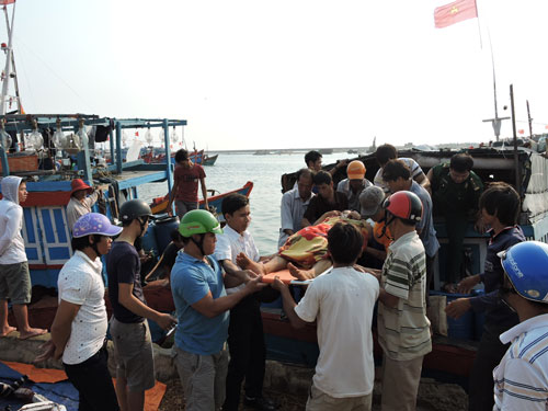 Ngư dân Phạm Quốc Dũng được đưa vào bờ cấp cứu sáng 18-4
