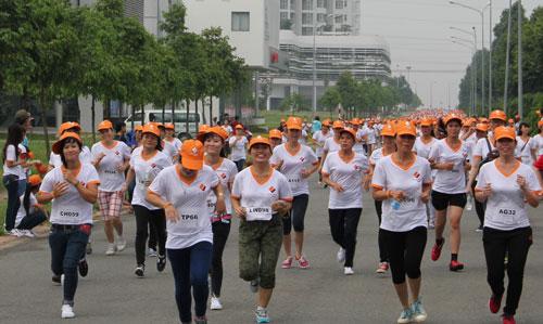 Đông đảo công nhân tham gia chạy bộ