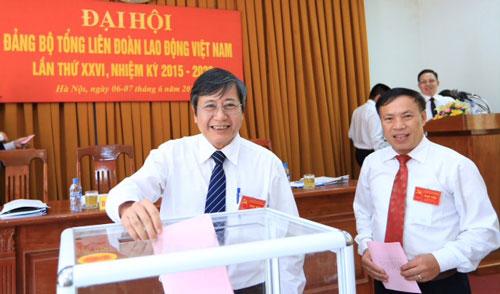 Các đại biểu bỏ phiếu bầu Ban Chấp hành Đảng bộ Tổng LĐLĐ Việt Nam
