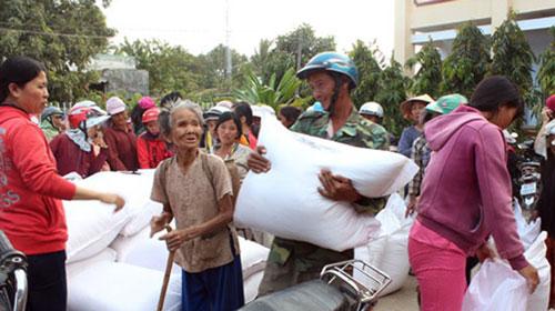 Người dân huyện Thuận Nam, tỉnh Ninh Thuận nhận gạo cứu đói