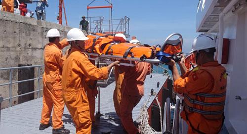 Lực lượng cứu hộ trên tàu SAR 274 đưa ngư dân bị thương vào bờ cấp cứu