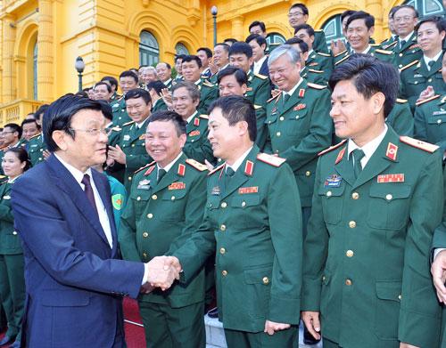 Chủ tịch nước Trương Tấn Sang gặp gỡ cán bộ, chiến sĩ điển hình Ảnh: TTXVN