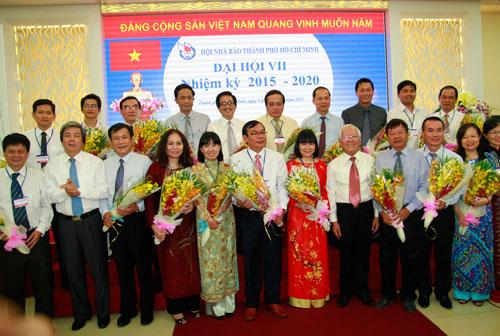 Chủ tịch UBND TP HCM Lê Hoàng Quân cùng Ban Chấp hành Hội Nhà báo TP HCM khóa VII Ảnh: Vũ Giang