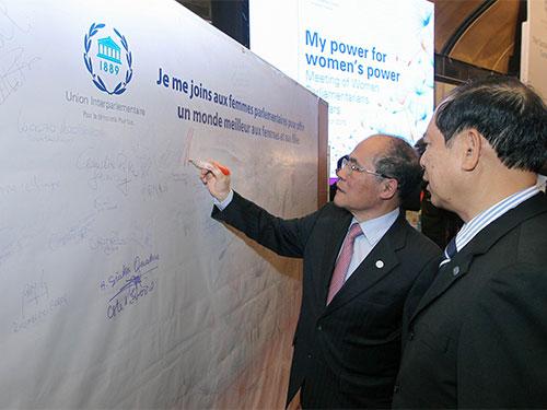 """Chủ tịch Quốc hội Nguyễn Sinh Hùng, Chủ tịch Đại hội đồng IPU-132, ký vào """"Lời kêu gọi hành động về quyền phụ nữ và bình đẳng giới"""". (Ảnh do ban tổ chức IPU-132 cung cấp)"""