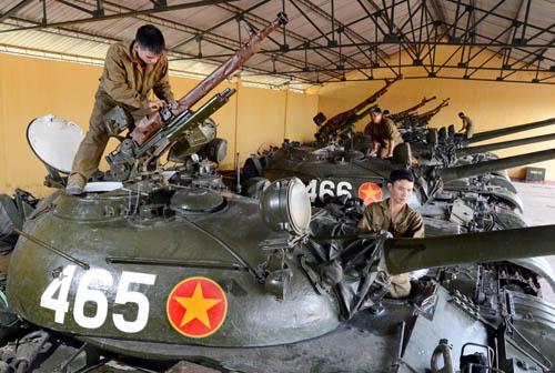 Bảo quản, bảo dưỡng xe tăng T54 tại khu kỹ thuật.