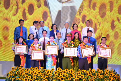 Lãnh đạo TP HCM cùng các công dân trẻ tiêu biểu Ảnh: PHAN ANH