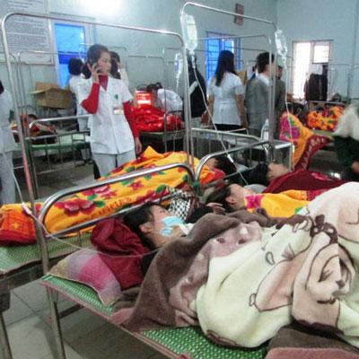 Công nhân Nhà máy May Nam Sung Vina điều trị tại bệnh viện vào chiều 8-1 Ảnh: CAO THÁI