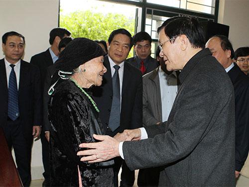 Chủ tịch nước Trương Tấn Sang tặng quà cho cụ bà lão thành cách mạng  Hoàng Thị Khìn Ảnh: TTXVN