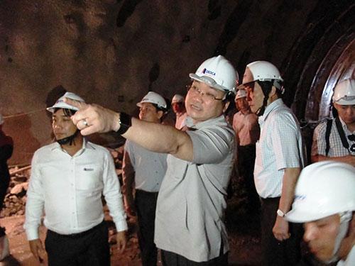 Phó Thủ tướng Hoàng Trung Hải kiểm tra hầm đường bộ qua đèo Cả