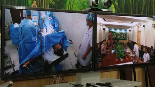 Các bác sĩ từ đất liền hỗ trợ chuyên môn trực tuyến cho ca mổ ngoài đảo