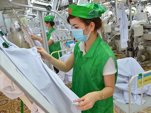 Kiểm tra chất lượng áo xuất khẩu tại Tổng Công ty CP May Việt Tiến Ảnh: TẤN THẠNH