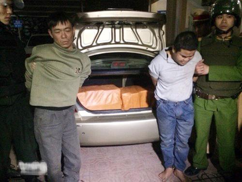 Phạm Văn Thảo và Lê Văn Hoát bị bắt quả tang dùng xế hộp vận chuyển 200 bánh heroin - Ảnh: ANTĐ