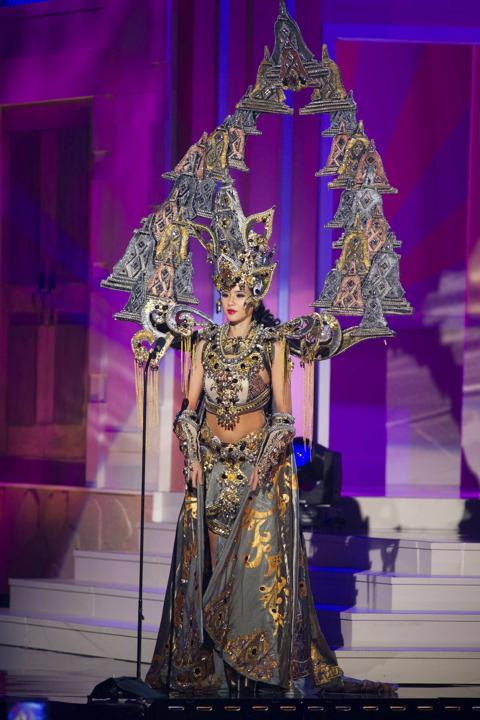 Trang phục dân tộc đẹp nhất của đại diện Indonesia. Ảnh: Reuters
