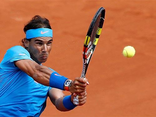 Nadal với trang phục toàn xanh trong trận ra quân  Ảnh: REUTERS
