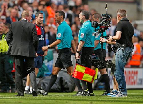 HLV McClaren (trái) than phiền tổ trọng tài quá nghiêm khắc với cầu thủ Newcastle trong trận họ thua Arsenal 0-1   Ảnh: REUTERS