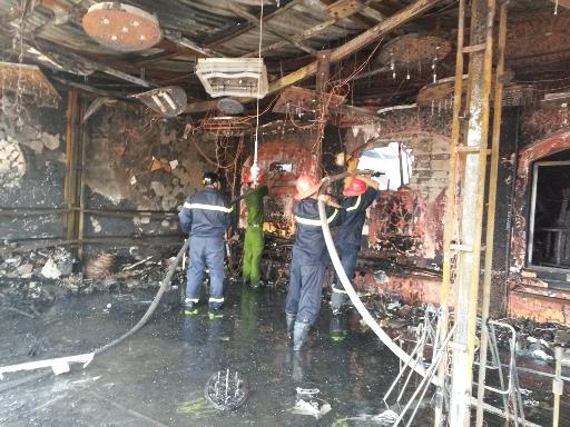 Xe chữa cháy tới, nhà hàng và công ty thiết bị điện đã cháy rụi
