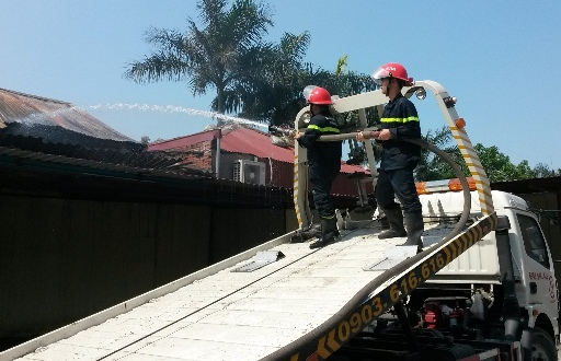 Lực lượng chữa cháy phun nước làm mát sau vụ cháy