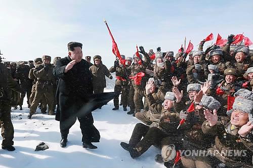 Lãnh đạo Kim cùng với hàng trăm phi công chiến đấu và quan chức quân đội trên đỉnh núi. Ảnh: Yonhap
