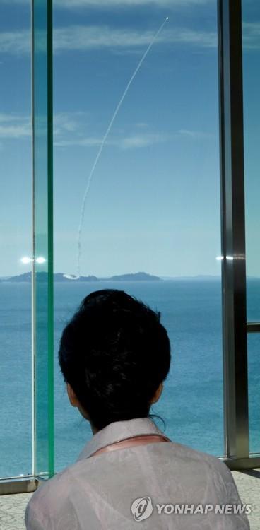 Tổng thống Hàn Quốc Park Geun-hye xem buổi phóng thử tên lửa. Ảnh: Yonhap