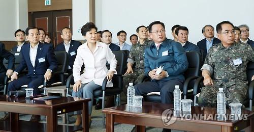 Tổng thống Hàn Quốc Park Geun-hye đã có chuyến thăm hiếm hoi đến căn cứ tên lửa ở bờ biển phía Tây. Ảnh: Yonhap