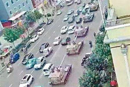 Cư dân mạng đăng tải hình ảnh xe bọc thép diễu hành trên đường. Ảnh: Want china Times