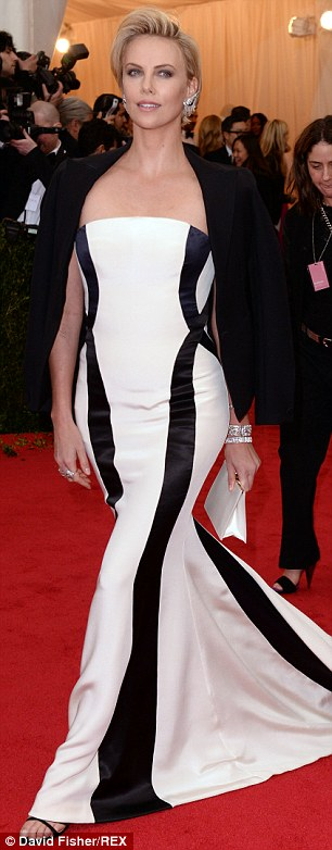 Charlize Theron được nhận thù lao ngang Chris Hemsworth