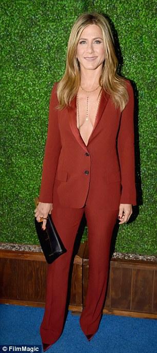 Jennifer Aniston trên thảm xanh