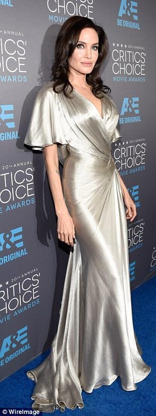 Angelina Jolie một mình trên thảm xanh