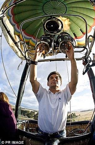 Phi công điều khiển khinh khí cầu gặp nạn