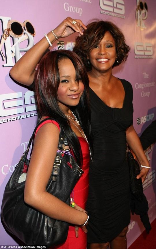 Cô theo mẹ của mình, danh ca Whitney Houston