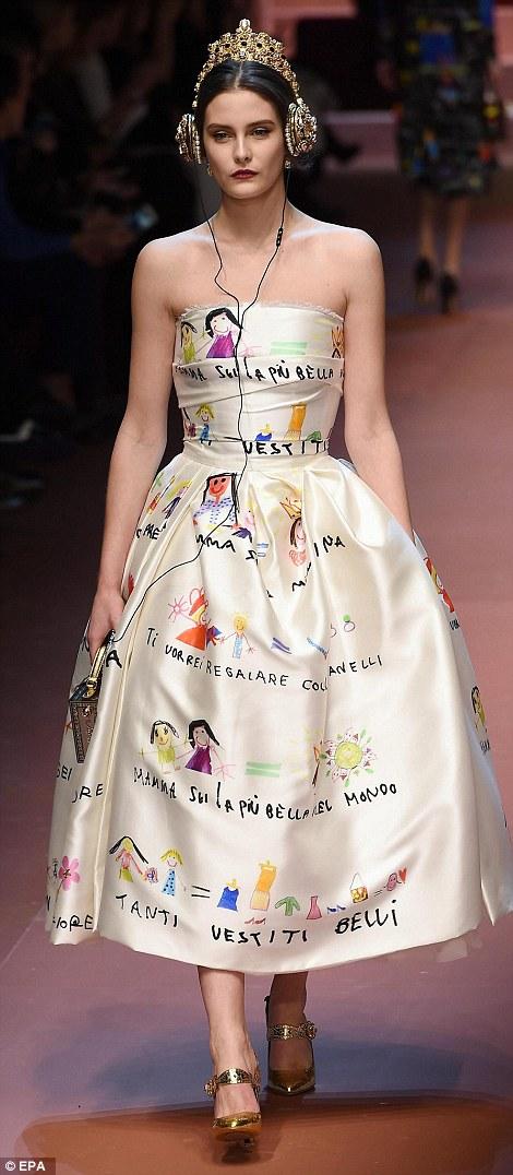 Mẫu thiết kế bị cho là lấy ý tưởng từ đầm cưới Angelina Jolie
