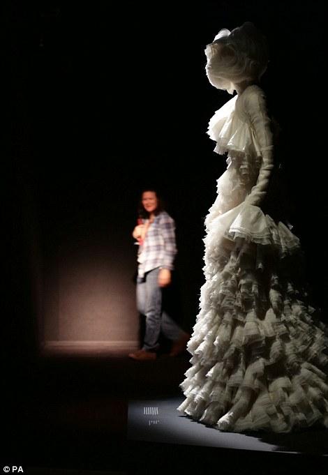 Ảnh hiếm về sô diễn của nhà thiết kế Alexander McQueen