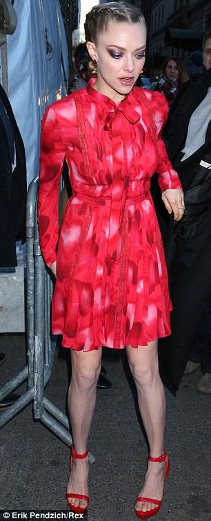 Cô diện đầm đỏ rực rỡ