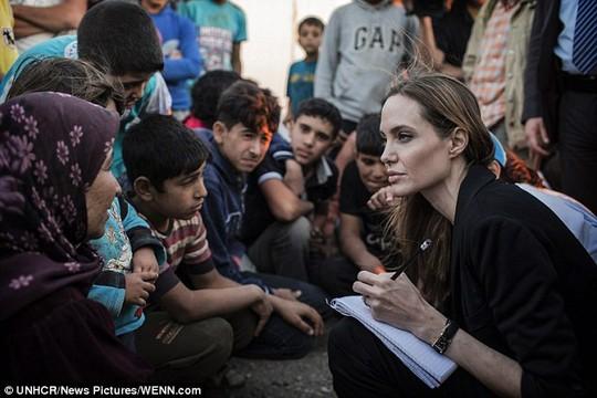Angelina từng nhiều lần nói chuyện với trẻ em ở trại tị nạn