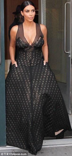 Vợ chồng Kim Kardashian gây tranh cãi trên thảm đỏ