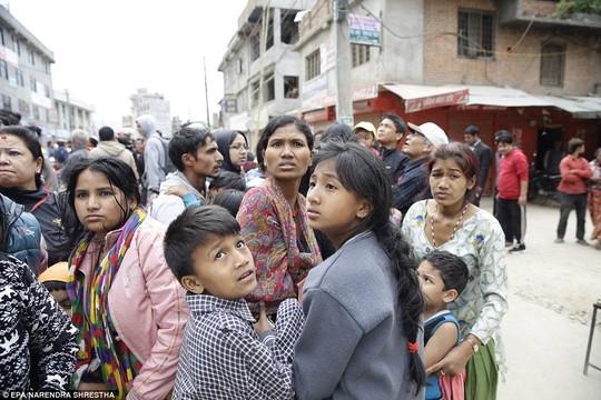 Ánh mắt lo âu của những nạn nhân sau trận động đất - Ảnh: Reuters