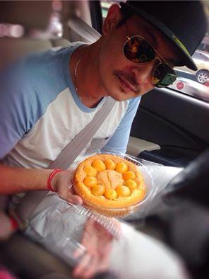 Huy Khánh đi giao bánh