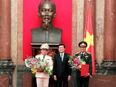 Chủ tịch nước Trương Tấn Sang trao quyết định thăng hàm từ trung tướng lên thượng tướng cho 2 ông Phương Minh Hòa (phải) và Bùi Quang Bền (trái) - Ảnh: QĐND